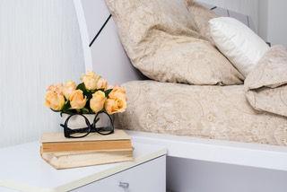 Ανανέωσε την κρεβατοκάμαρά σου οικονομικά, με γούστο! - μπουκέτο λουλούδια στην άκρη του κρεβατιού