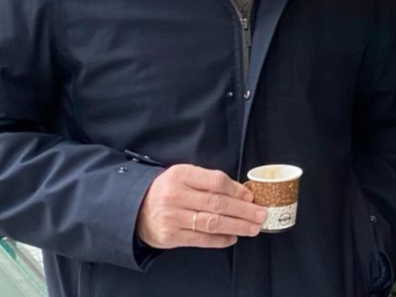 Ο κυριάκος Μητσοτάκης πίνει καφε εν μέσω κακοκαιρίας που πλήτη την Ελλαδα και χαμογελάει