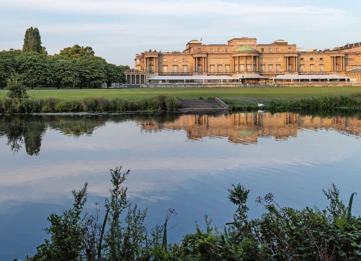 ΑΝΟΙΓΕΙ ΞΑΝΑ ΤΙΣ ΠΟΡΤΕΣ ΤΟΥ ΤΟ buckingham palace