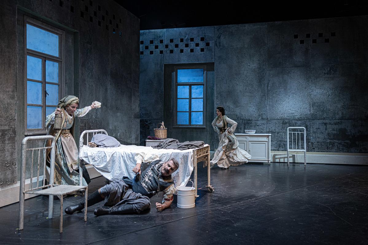 βαβυλωνία - ηθοποιοί θέατρο σκηνή σε κρεβάτι στο δωμάτιο