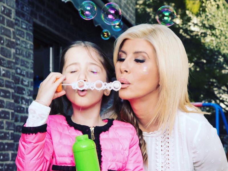 Η Ζήνα Κουτσελίνη με την κόρη της έμμα παίζουν φυσαλίδες