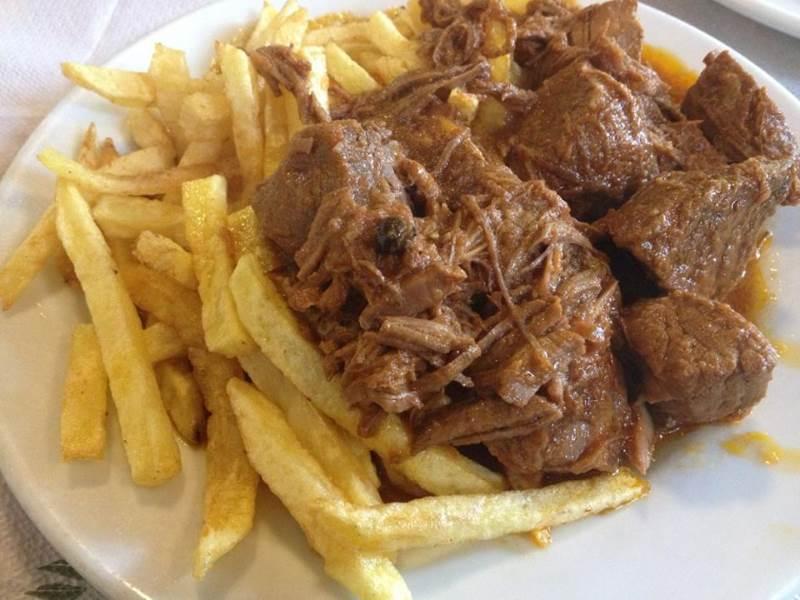 Κοκκινιστό μοσχάρι με τηγανητές πατάτες