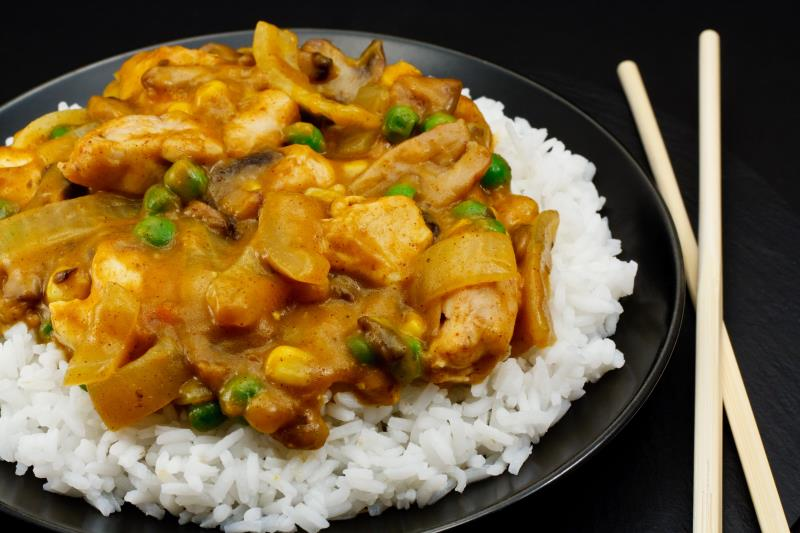 Κοτόπουλο με ρύζι και σάλτσα κάρυ