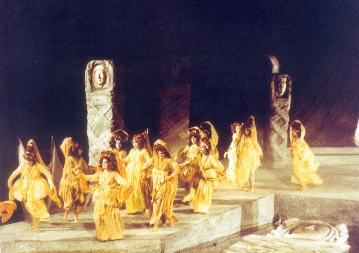 Ο χορός, «Ελένη» του Ευριπίδη,Η αποθέωση που γνωρίζει το Χοροθέατρο έρχεται με τη θητεία του Κωνσταντίνου Ρήγου στην καλλιτεχνική διεύθυνση.