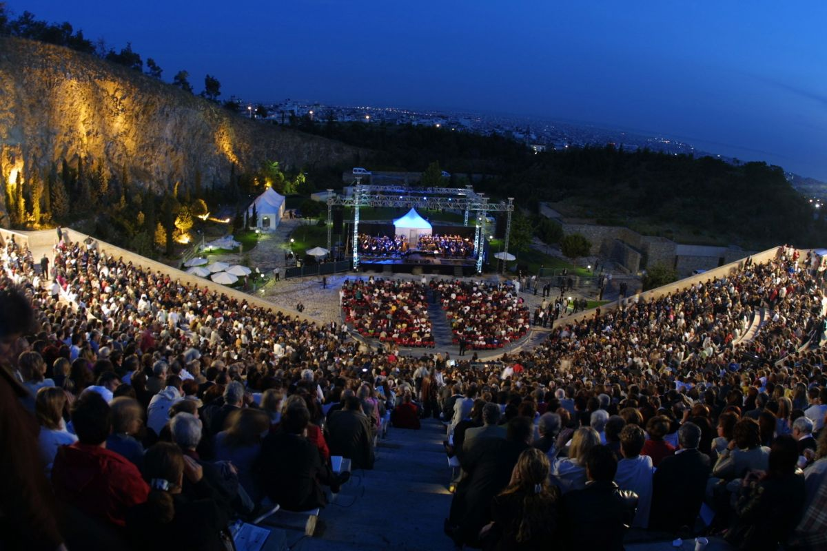Θέατρο γης,Μαζί με το άνοιγμα των μεγάλων θεάτρων γίνεται και το πρώτο άνοιγμα του θεάτρου στην Ευρώπη.