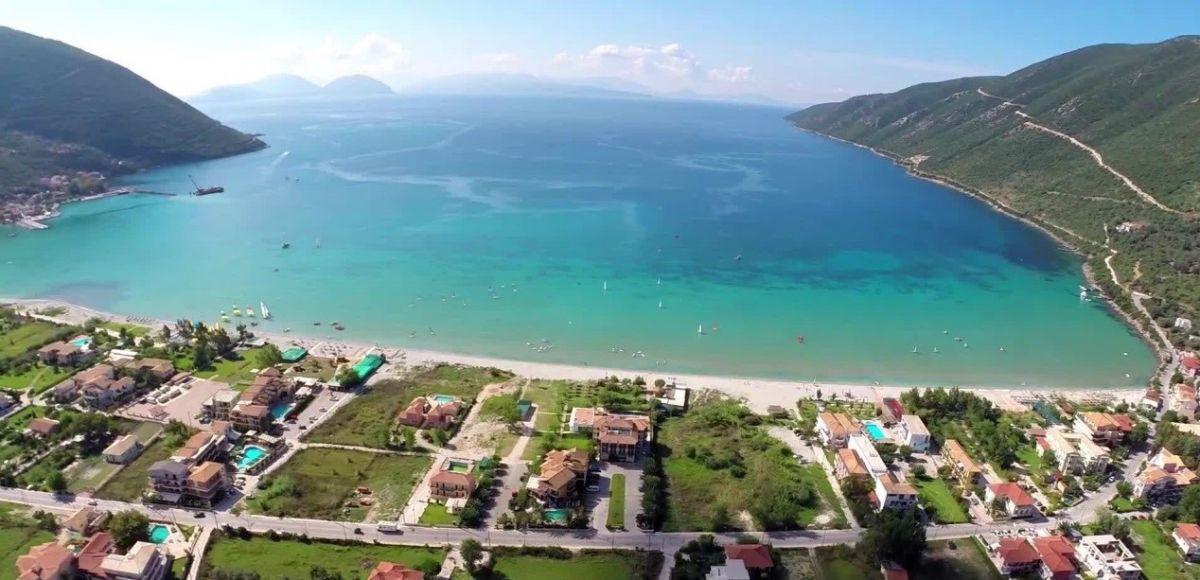 Βασιλική: Μεγάλη παραλία με βότσαλο στον κόλπο της Βασιλικής