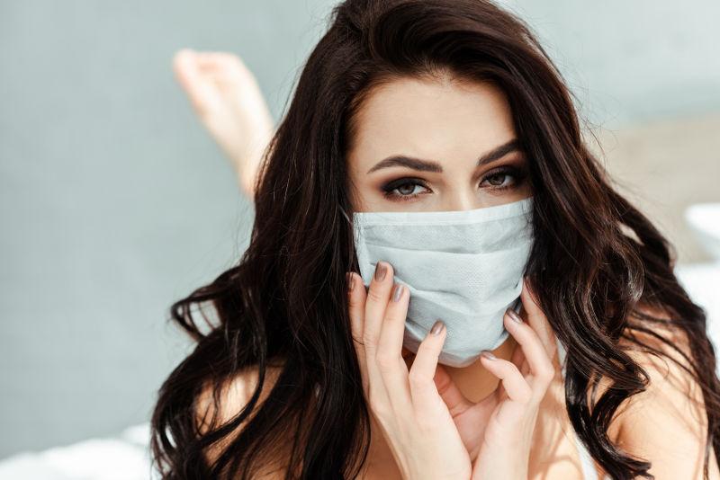 Να ζει κανείς –και να φορά μάσκα– ή να μην ζει… ιδού η απορία!