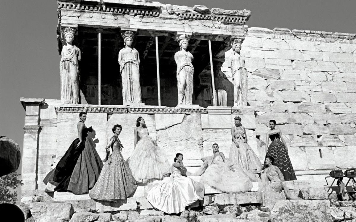 Οίκος Dior τιμά επίσης την εμβληματική φωτογράφιση που έκανε στην Ακρόπολη, πριν από 70 χρόνια, για την ανάδειξη των δημιουργιών υψηλής ραπτικής του Christian Dior.