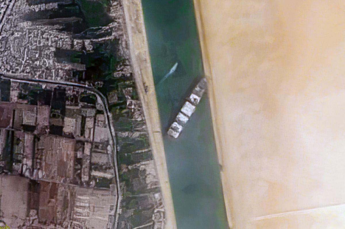 η διώρυγα του Σουέζ παραμένει απροσπέλαστη, μετά την προσάραξη-σφήνωμα του τεράστιου τάνκερ «Ever Given»
