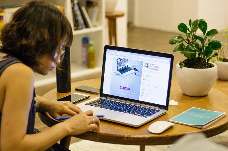Γυναίκα και δουλειά από σπίτι σε γραφείο με laptop