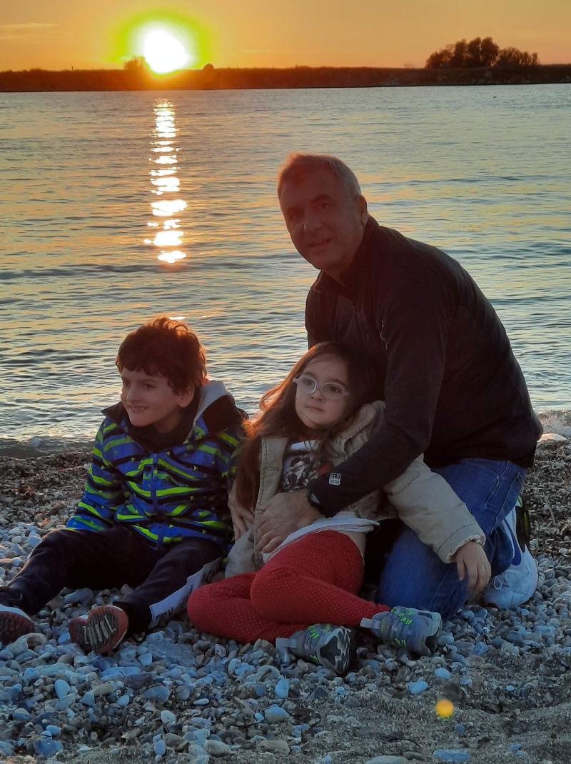 καλοκαίρι σε παραλία της Αττικής με τον μικρό Αντώνη με την αδερφή του και τον πατέρα του