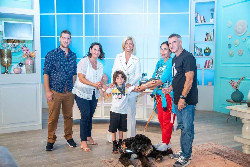 Οικογένεια Αντώνη με σύνδρομο Angelman μαζί με τη Ζήνα Κουτσελίνη στο studio