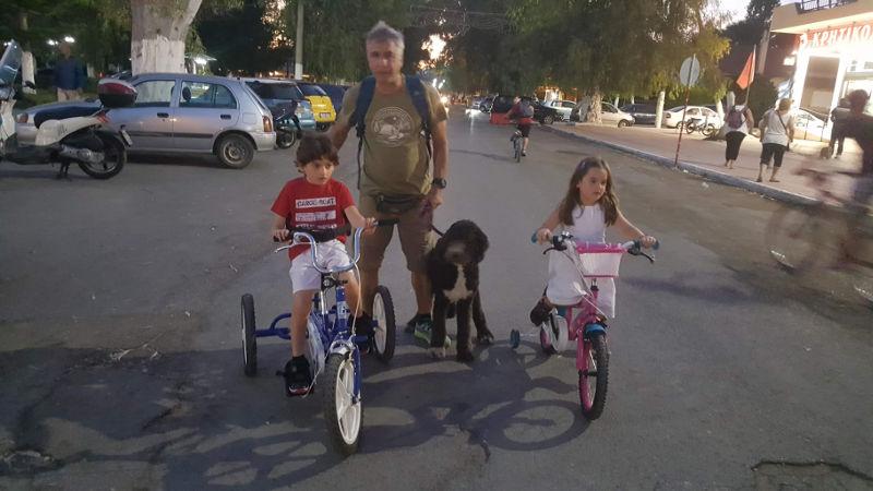 ο μικρός Αντώνης με την αδερφή του και τον πατέρα του σε βόλτα με ποδήλατα…