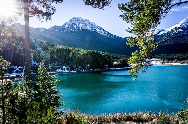 μοναδική θέα από το βουνό η λίμνη Δόξα βρίσκεται ανάμεσα στα Αροάνια όρη