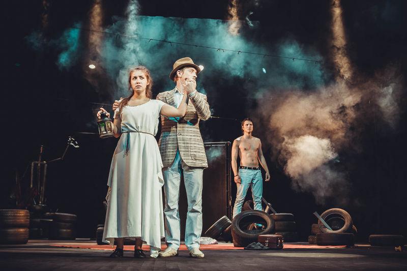 Θέατρα δίχως θεατές, παραστάσεις δίχως έργα