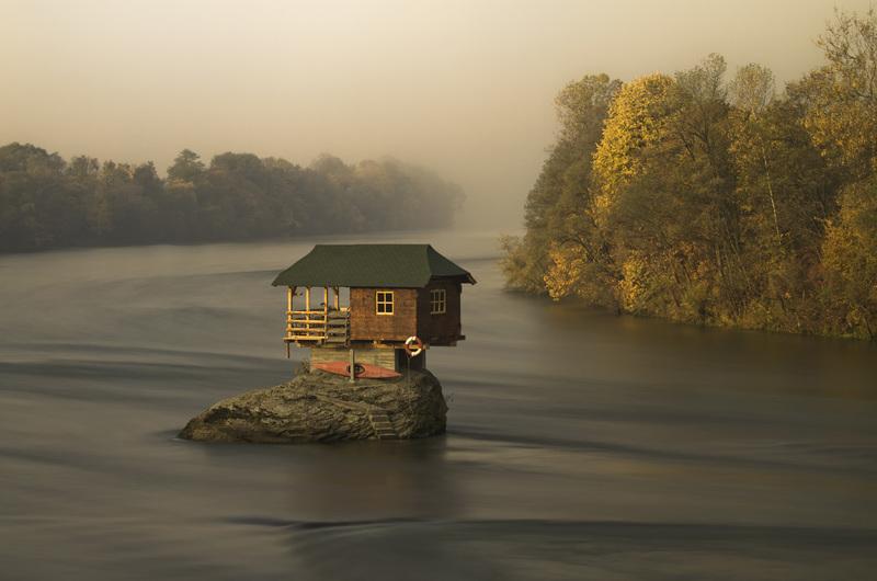 travel photographer 2020: σπίτι στη μέση του ποταμού του Becker