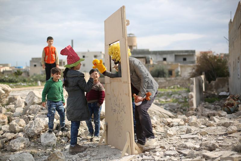 travel photographer 2020: Παιδιά στην Συρία κουκλοθέατρο