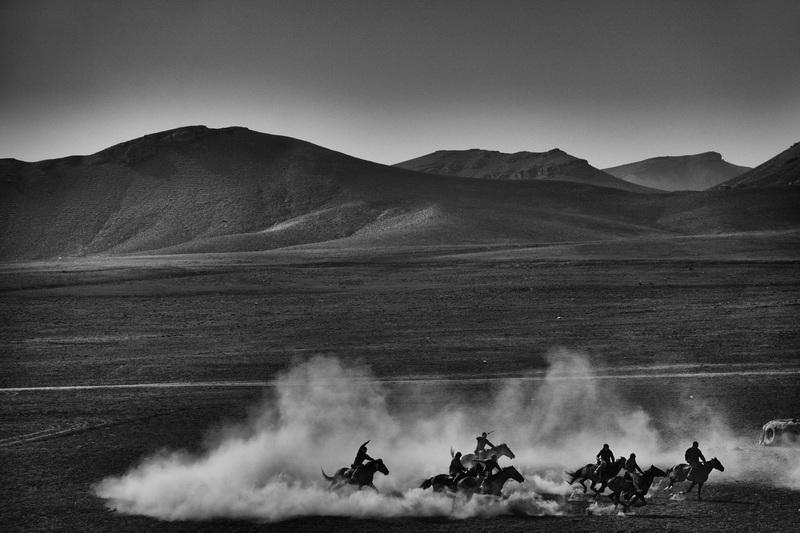 travel photographer 2020: άνθρωποι και άλογα στην άγρια δύση του schroeder