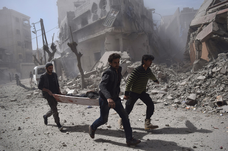 travel photographer 2020: πολιορκημένη Συρία τραυματιοφορείς εν μέσω χαλασμάτων