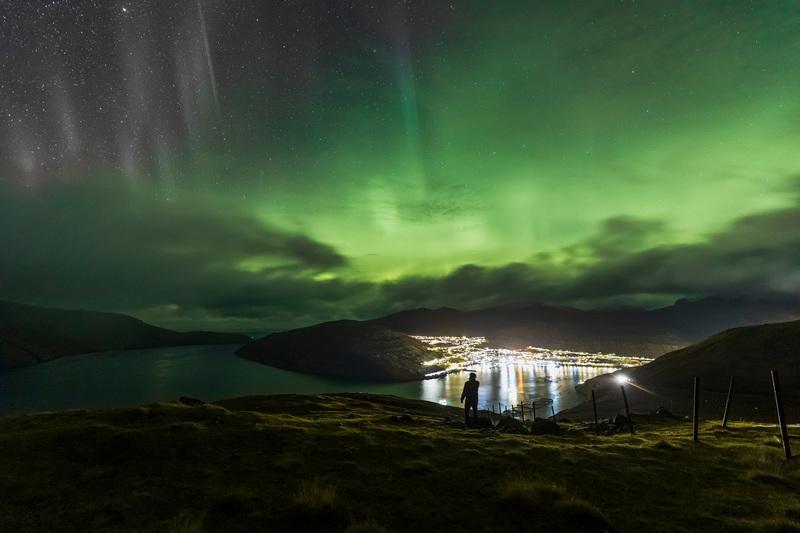 travel photographer 2020: Βόρειο Σέλας - πόλη θέα από ψηλά του mesiano