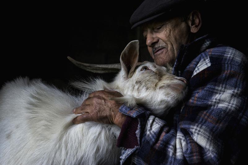 travel photographer 2020: Παππούς αγκαλιά με αγριοκάτσικο του bacelar